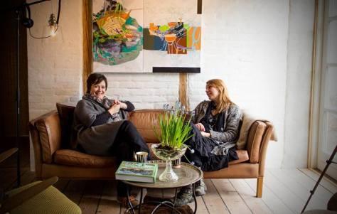 Ann_Lisbeth Sanvig og Anne Juul Christophersen, Annes Atelier i stuen hos Ann-Lisbeth. Foto: Jesper Christophersen