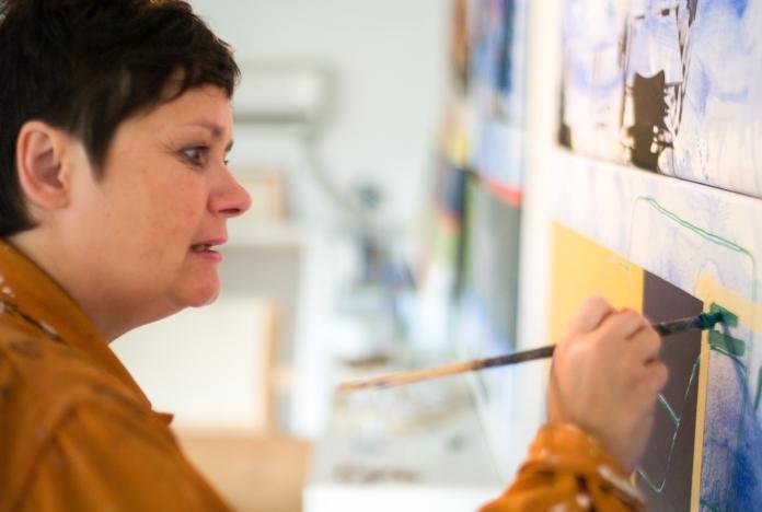 Ann-Lisbeth Sanvig i atelieret.