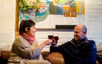 Lisbeth og Morten vel hjemme med den nye kunstvin.